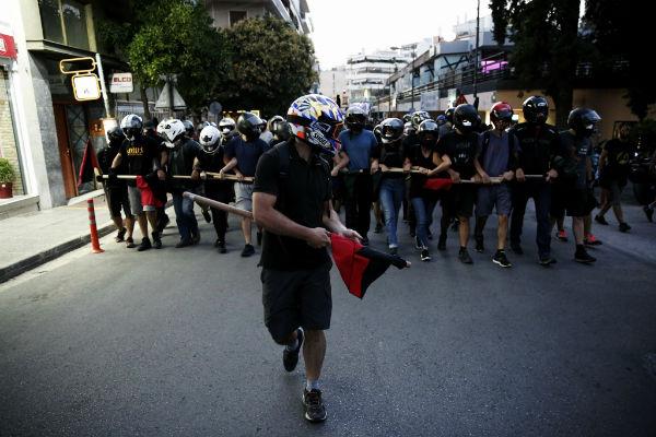 grecia-video-em-atenas-manifestantes-atacam-com-1