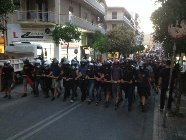 grecia-video-em-atenas-manifestantes-atacam-com-2.jpg