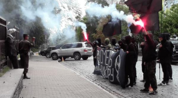ucrania-video-acao-anarquista-em-frente-da-embai-1