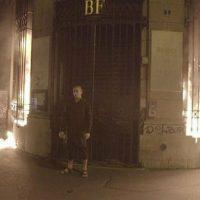 Artista russo Piotr Pavlenski é preso em Paris após atear fogo na fachada do Banco da França