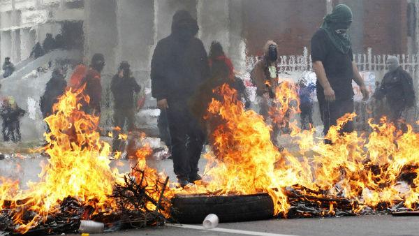 chile-fogo-e-barricadas-em-uma-cidade-chilena-pa-1