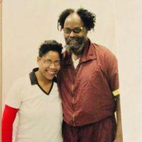 """[EUA] Sophia Williams fala de sua visita a Mumia: """"Mumia é um espírito livre. Mumia é fortaleza. Mumia é amor."""""""
