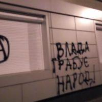 [Ucrânia] Vídeo: Em Kiev, anarquistas atacam escritórios da Kyivgaz e da Kyivenergo em protesto contra as tarifas de gás e eletricidade
