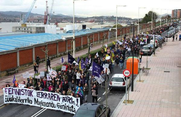 pais-basco-o-feminismo-se-acorrenta-no-porto-de-1