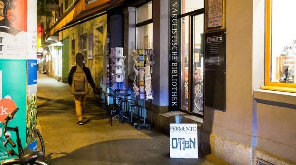 suica-policia-invade-biblioteca-anarquista-ferme-1