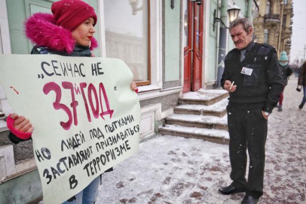 russia-sao-petersburgo-piquetes-contra-a-fabrica-1