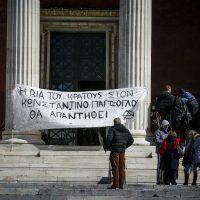 [Grécia] O companheiro anarquista Constantino Yiagtzoglou é transladado ao hospital e continuam as ações e ataques em solidariedade
