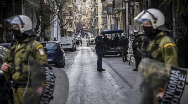 grecia-video-tropa-de-choque-invade-e-ataca-tres-1