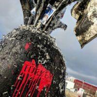 """[Islândia] Reykjavík: Monumento da OTAN banhado em piche e penas para o """"Dia Mundial por Afrin"""""""