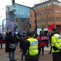 [Reino Unido] Manifestantes soltam bombas de gás e interrompem tráfego antes de um embate com a polícia após a morte de Anna Campbell