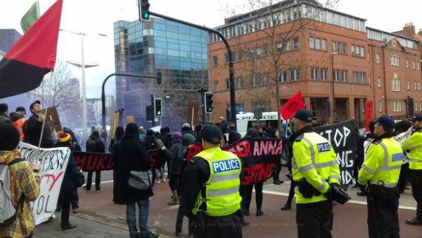 reino-unido-manifestantes-soltam-bombas-de-gas-e-1