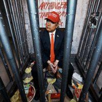 [EUA] Coletivo anarquista Indecline faz performance contra Trump dentro de seu próprio hotel de luxo