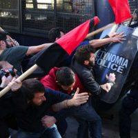 [Grécia] Vídeo: Em Atenas, estudantes enfrentam a polícia contra cortes na educação