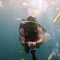 """[Indonésia] Mergulhador britânico divulga vídeo que exibe """"mar de plástico"""" nas águas de Bali"""
