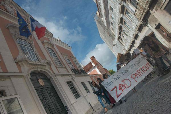 portugal-em-lisboa-dezenas-ocuparam-entrada-da-e-1