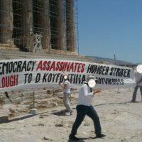 [Grécia] Vídeo: Anarquistas do Rouvikonas estendem faixa na Acrópole em solidariedade ao grevista de fome Dimitris Koufodinas