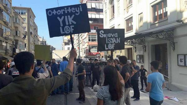 turquia-a-policia-ataca-brutalmente-os-estudante-1