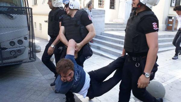 turquia-a-policia-ataca-brutalmente-os-estudante-2.jpg