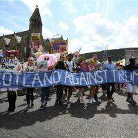 [Escócia] Milhares de pessoas protestam contra Trump em Edimburgo