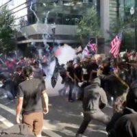 [EUA] Vídeo: Fascistas e antifascistas entram em confronto nas ruas de Portland
