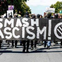 [EUA] Milhares de pessoas protestam contra ato neonazista em Washington