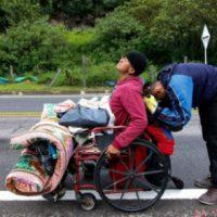 [Venezuela] Sem remédio, nem dinheiro, venezuelano vai até a Colômbia de cadeira de rodas por tratamento