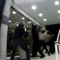[Grécia] Vídeo: Rouvikonas ataca sede do grupo empresarial Mitilinaios
