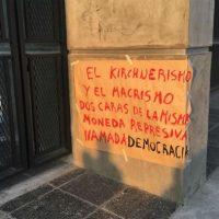"""[Argentina] Protesto durante a exibição do documentário """"Los Caminos de Santiago"""" em Buenos Aires"""