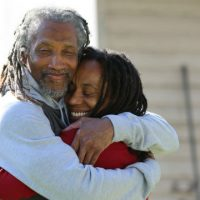 [EUA] Depois de 40 anos de prisão, Mike Africa Sr é libertado