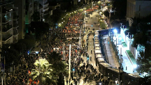 grecia-milhares-protestam-em-atenas-no-45a-anive-1