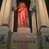 [Canadá] Os Elfos Rebeldes do Papai Noel te desejam um feliz natal anti-colonial! Monumentos racistas são vandalizados em Montreal