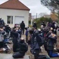 [França] Vídeo: Cercados pela polícia, estudantes são obrigados a se colocarem de joelhos e de mãos na cabeça, muitos contra um muro