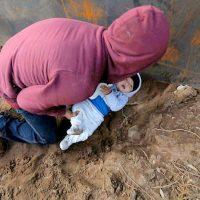 [México-EUA] Bebê de oito meses é empurrado em buraco para atravessar a fronteira