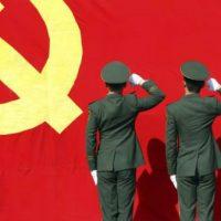 Em batalha contra a diversão, China esconde brincos, tatuagens e decotes