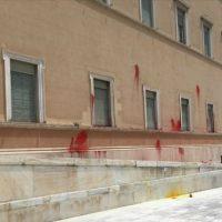 [Grécia] Anarquista é condenado a pagar 30 mil euros de multa por atirar tinta vermelha nas paredes do Parlamento Grego