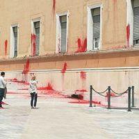 [Grécia] Vídeo: Anarquistas atacam Parlamento Grego com bombas de tinta