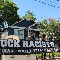 [EUA] Vídeo: Antifascistas confrontam neonazistas fora de casa em Houston