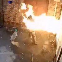 [Reino Unido] Vídeo: Idiota neonazista se incendeia ao tentar queimar sinagoga