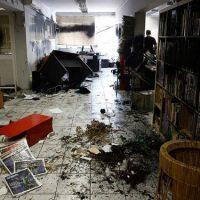 [Grécia] Vídeo: Anarquistas do Rouvikonas atacam escritórios do jornal Athens Voice