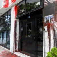 [Grécia] Vídeo: Em defesa da natureza, anarquistas do Rouvikonas atacam à sede da Hellenic Petroleum