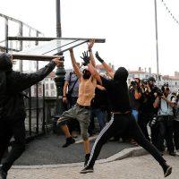 [França] Manifestantes blacks blocs contra a cúpula do G7 enfrentam policiais em Bayonne