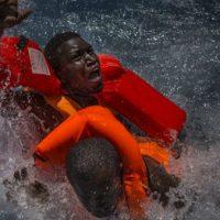 Mais de 100 imigrantes podem ter morrido em naufrágio na Líbia
