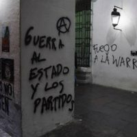 [Argentina] Buenos Aires: Após a marcha por Santiago Maldonado, um grupo de anarquistas pixou as paredes do Cabildo