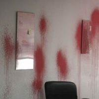 [Grécia] Ataque com tintas à sede do partido governante Nova Democracia em Heraklion