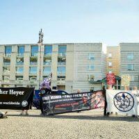 [Alemanha] Protesto em frente à Embaixada dos EUA em Berlim pela liberdade de Leonard Peltier, Jalil Muntaqim e Mumia Abu-Jamal