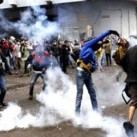 [Equador] Manifestantes e policiais entram em confronto em Quito em mais um dia de protestos
