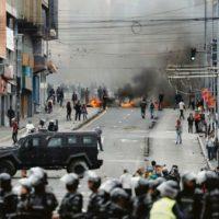 Equador cancela aulas, produção de petróleo e muda sede do governo