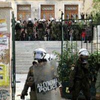 [Grécia] Vídeo | Polícia de choque invade a Universidade de Economia e Administração de Atenas e ataca estudantes