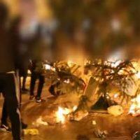 [Grécia] Vídeo | Exarchia: População queima a árvore de Natal