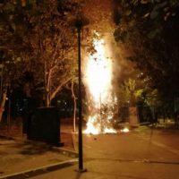[Grécia] Anarquistas assumem a responsabilidade de queimar a árvore de Natal na praça Exarchia
